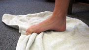 جمع کردنه حوله به وسیله انگشتان پا 1